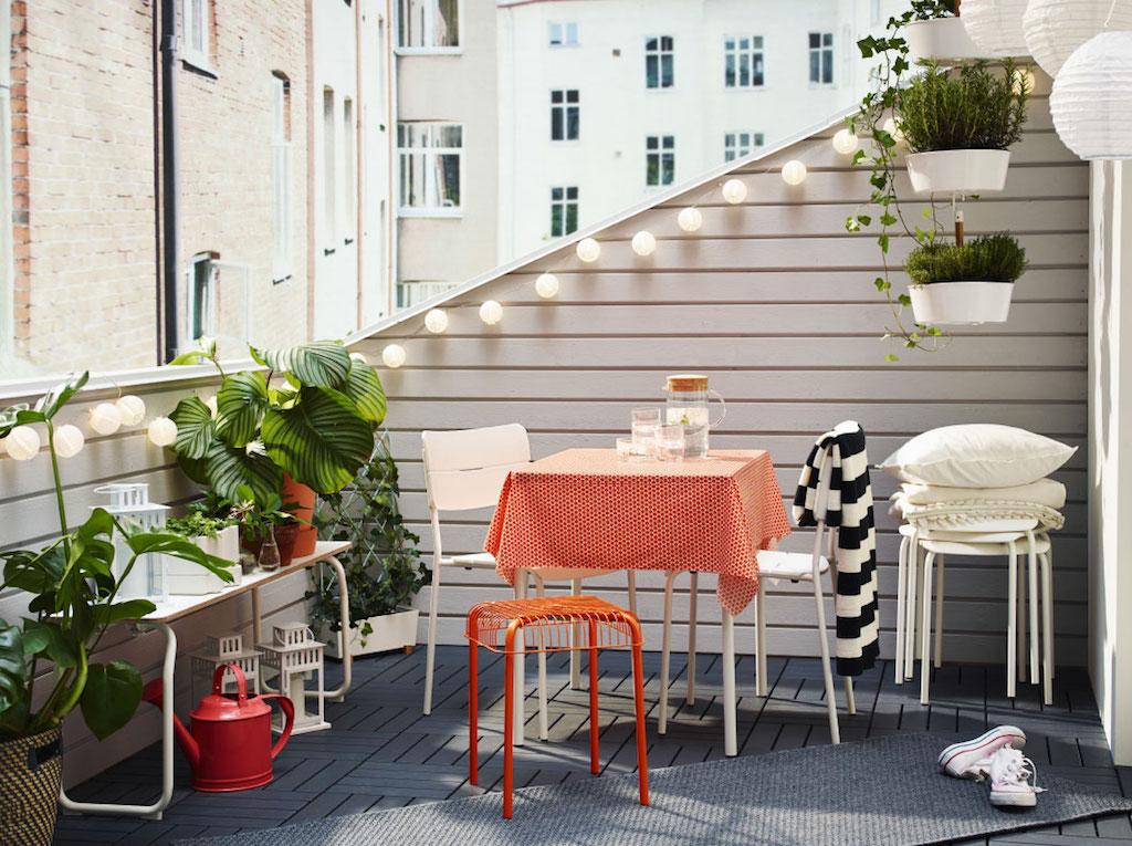 000-sfeerbeeld-verlichting-balkon-tuinset-bron-ikea - Woonaccent